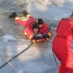 Person wird aus dem Eis gezogen