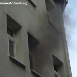 Rauch dringt aus dem Wohnzimmerfenster