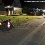 Umgefahrener Lichtmast + beschädigter PKW