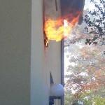Flammen schlagen aus dem Auslass des Dunstabzugs