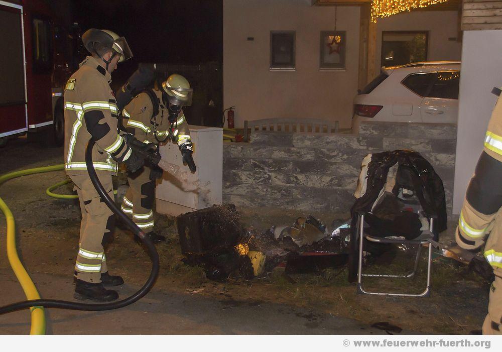 Kellerbrand im Fuerther Norden - Drei Personen vorsorglich, medizinisch versorgt