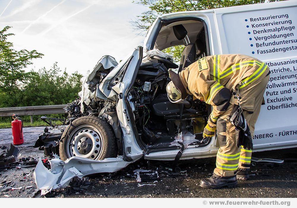 Auto kracht in Kehrmaschine - ein Schwerverletzter