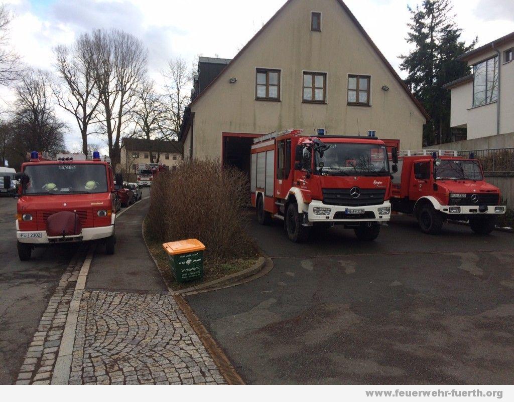 Feuerwehrfahrzeuge vor Gerätehaus Burgfarrnbach