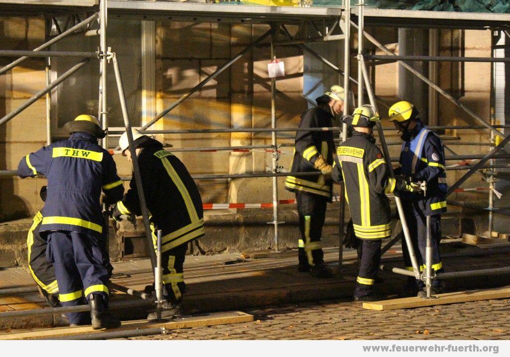 Sicherung Baugerüst durch THW und Feuerwehr