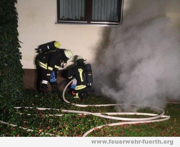 Rauch aus Kellerfenster
